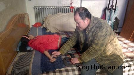 cha cho ran ho mang can con de tri benh1 Người cha cho rắn độc cắn vào tay để chữa bệnh cho con gái