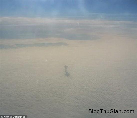 hanh khach tren may bay bat ngo chup duoc anh robot khong lo di tren may 1 Vô tình chụp lại được ảnh robot khổng lồ đi trên mây