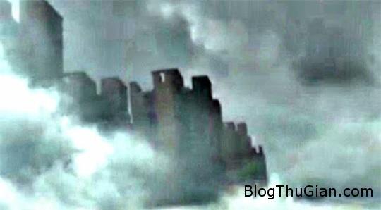 hanh khach tren may bay bat ngo chup duoc anh robot khong lo di tren may 3 Vô tình chụp lại được ảnh robot khổng lồ đi trên mây
