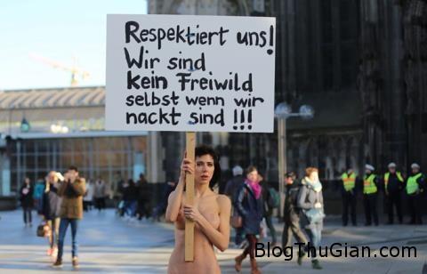 nu nghe si khoa than phan doi ham hiep truoc nha tho 1164879 Nữ nghệ sĩ người Thuỵ Sĩ  khoả thân trước Nhà thờ lớn phản đối việc hãm hiếp