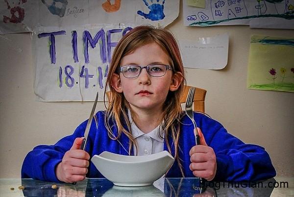 11034 Cô bé mắc bệnh lạ không biết đau, đói ăn hay buồn ngủ