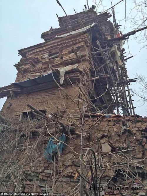 1455503110 1455503089 chuyen la 1  Ngôi nhà kỳ dị được xây từ gỗ và đá suốt 10 năm