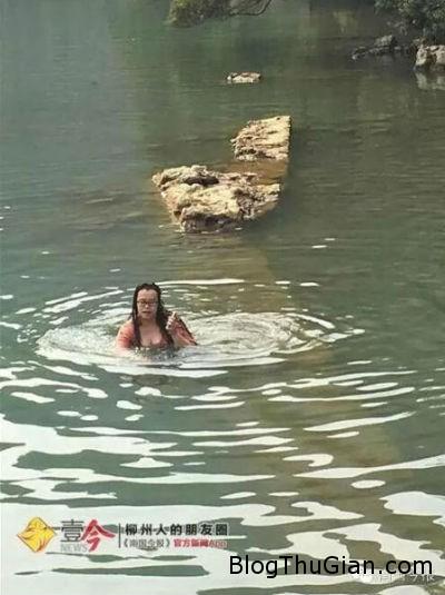 1456275787 1456275681 chuyen la the gioi 1  Cô gái liều mình nhảy xuống hồ sâu để tìm điện thoại