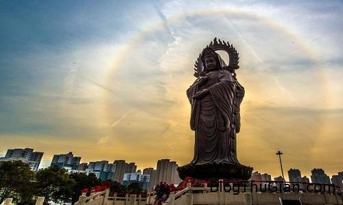 Anh 1 6817 1453965976 Vầng hào quang kỳ lạ tỏa sáng quanh tượng Phật ở Trung Quốc