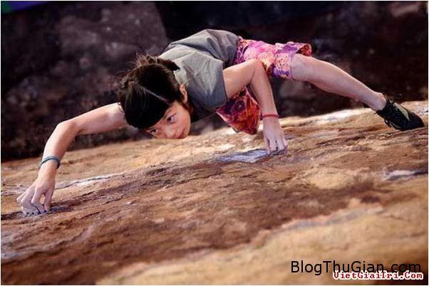 chuyen la co that co be nguoi nhen  79653 zoom Cô bé người nhện với khả năng leo tường cực đỉnh