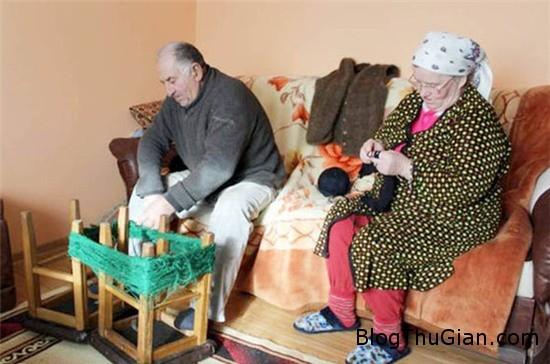 tron mat xem nguoi phu nu may ao khoac tu chinh toc cua minh 3 Người phụ nữ may áo mặc bằng chính tóc của mình