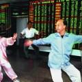 Các nhà đầu tư chứng khoán tập Thái cực quyền ngay trên sàn (Ảnh: Internet)